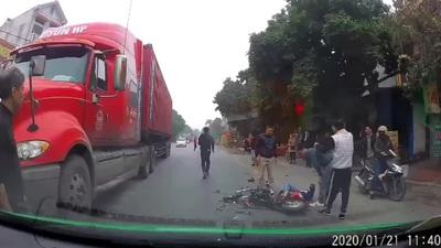 Va chạm với xe đi ngược chiều, bé gái đi xe đạp điện ngã lăn vào xe công-ten-nơ