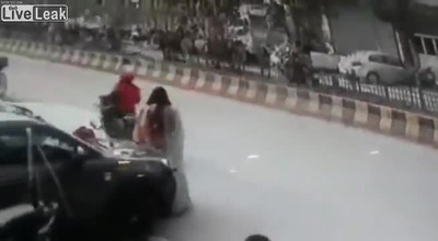 Mải chụp hình tự sướng giữa đường, cô gái bị cướp giật điện thoại