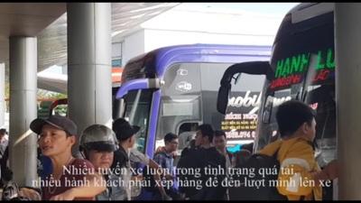 """Người dân """"tay xách nách mang"""" rời Đà Nẵng về quê ăn Tết"""