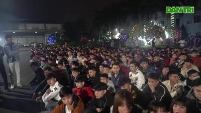 Thưởng tết lúc 3 giờ sáng, hàng nghìn công nhân háo hức xuyên đêm