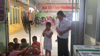 Các bé tại mái ấm Hồng Quang