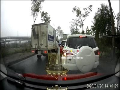 Lấn làn ngược chiều để vượt lên trước, tài xế xe tải phải nhận một bài học