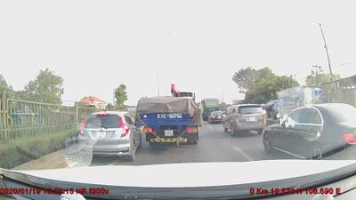 """Lĩnh hậu quả vì chạy xe ô tô kiểu """"bon chen"""""""
