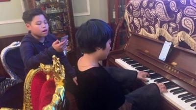 Ngọc Khuê và con trai hát tặng độc giả báo Dân trí ngày đầu năm mới.
