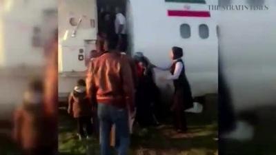 Máy bay chở khách trượt khỏi đường băng, lao ra giữa phố
