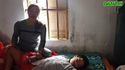 Người mẹ nghèo quặn thắt khi nhìn con trai chết dần trong căn nhà tàn.