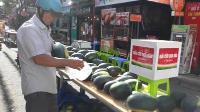 """Người dân Đắk Lắk """"giải cứu"""" dưa hấu giúp bà con nông dân"""