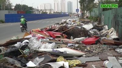 Tuyến đường huyết mạch nối 3 quận nội thành Hà Nội ngập trong rác thải