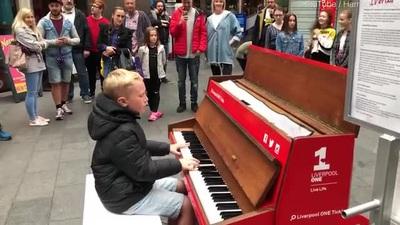 Trở thành ngôi sao của thành phố qua những màn trình diễn piano đường phố