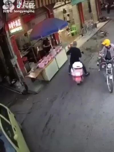 Cụ ông với pha xử lý hài hước để tránh tai nạn