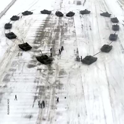 Quân nhân Nga xếp xe tăng thành hình trái tim cầu hôn vợ