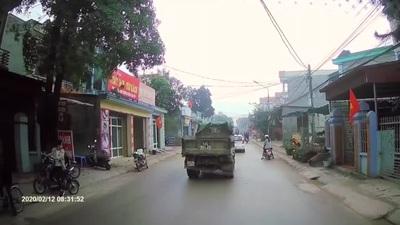Vượt ẩu đường trơn, xe tải phanh lệch cả xe