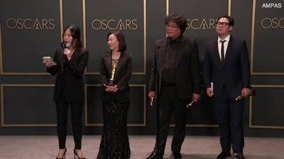 """Đoàn phim """"Parasite"""" tại hậu trường lễ trao giải Oscar"""