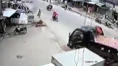Kinh hoàng bán tải sang đường suýt gây họa