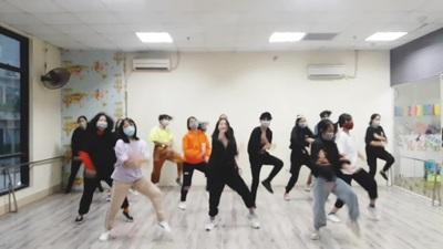 """Bài hát """"Đánh giặc corona"""" đang là trào lưu, học sinh Hà Nội chế điệu nhảy cực sung"""