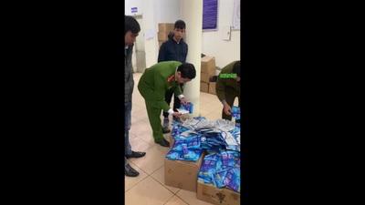 """Hà Nội: Cảnh sát bắt giữ lô hàng gần 300 chiếc """"thẻ đeo diệt virus corona"""""""