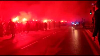 Cổ động viên Atletico đốt pháo sáng ngoài sân Wanda Metropolitano