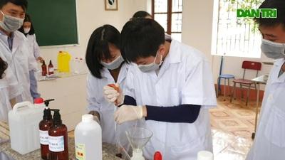 Pha chế dung dịch rửa tay sát khuẩn phòng dịch Covid-19 tại trường