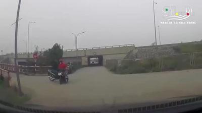 Hai xe máy lao vào nhau vì không giảm tốc độ khi đi qua ngã tư