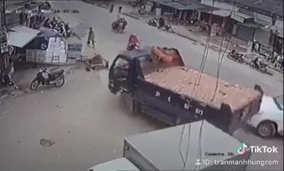 """Tránh xe sang đường ẩu, tài xế xe tải đánh lái """"thần sầu"""""""