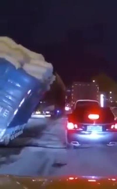 Thót tim tình huống xe chở quá tải suýt lật nghiêng sang xe bên cạnh
