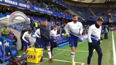 Các cầu thủ Chelsea khởi động trước trận đấu với Tottenham