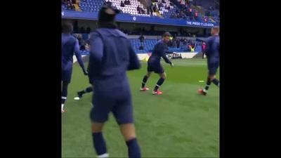 Các cầu thủ Tottenham khởi động trước trận đấu gặp Chelsea
