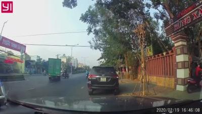 Suýt mất mạng dưới bánh xe tải vì vội vã băng sang đường mà không quan sát