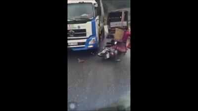 Kinh hoàng xe tải mất lái đâm vào đoàn người xe trên QL6