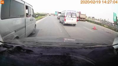 Xe khách thản nhiên phanh gấp, dừng đón khách ngay trên đường cao tốc