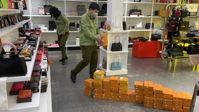Đồ Louis Vuitton, Chanel, Rolex nghi giả mạo bán tại khu The Manor Hà Nội