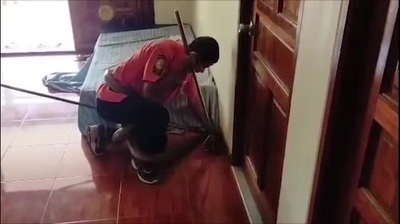 Rắn hổ mang chúa cuốn chặt bụng thợ bắt rắn ở Thái Lan