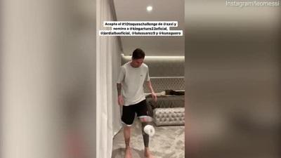 Messi làm xiếc với cuộn giấy vệ sinh