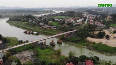 """Cầu Đoan Hùng xuống cấp nghiêm trọng, người dân """"chật vật"""" đi bộ qua cầu"""