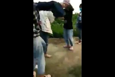 Một nữ sinh bị nhóm bạn vây đánh ngoài cánh đồng