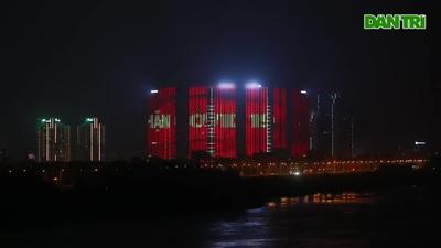 Nhà cao tầng HN chiếu đèn led cổ vũ chống Covid 19