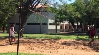 Ronadinho thể hiện kỹ năng chơi Piki Volley trong tù