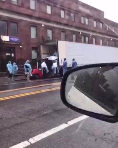 Thi thể được đưa lên xe tải bên ngoài bệnh viện tại Mỹ
