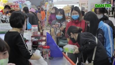 Hà Nội: Người dân đổ xô đi siêu thị, chợ cóc để mua nhu yếu phẩm