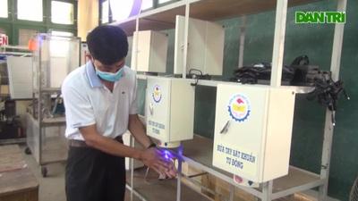 Thầy cô chế tạo máy rửa tay sát khuẩn tự động, tặng cộng đồng chống dịch