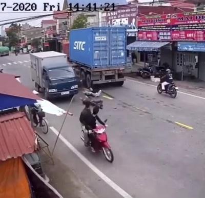 Suýt mất mạng vì tranh đường với xe container