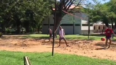 Ronaldinho thi đấu môn Piki Volley