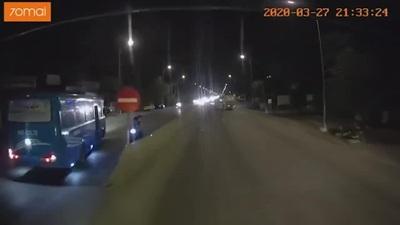 Xe khách tạt đầu xe khác rồi ngang nhiên đi vào làn ngược chiều