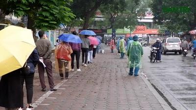 """Hàng trăm người dân """"đội mưa"""" chờ xét nghiệm Covid-19 trong ngày Giỗ Tổ"""
