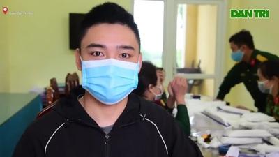 Sĩ quan quân đội hướng dẫn làm mặt nạ phòng chống virus Corona tại nhà