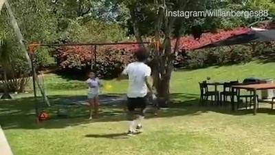 Willian tập luyện xử lý bóng một chạm với 2 cô con gái nhỏ ở