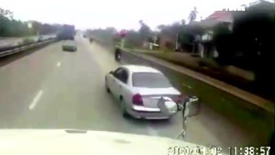 Cộng đồng mạng xôn xao clip thanh niên chặn đầu, ném vỡ kính xe công-ten-nơ