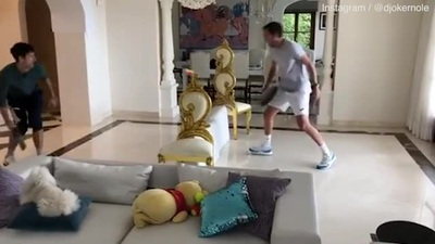 Hài hước với trận quyết đấu tennis bằng chảo rán của Djokovic