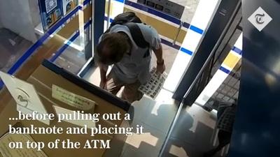 Du khách bôi nước bọt lên tờ tiền rồi vờ để quên trên cây ATM