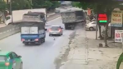 Phóng nhanh trên phố đông, xe ben suýt gây tai nạn kinh hoàng
